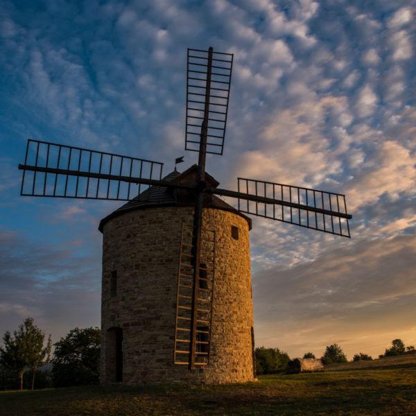 Replika větrného mlýna v Jalubí při východu slunce.